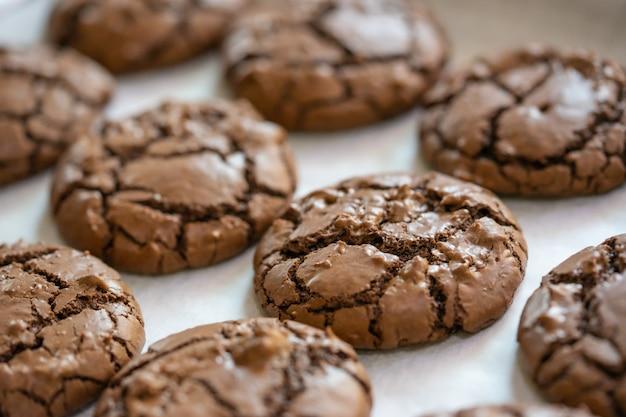 Chiuso su dei biscotti del brownie sul piatto di cottura.