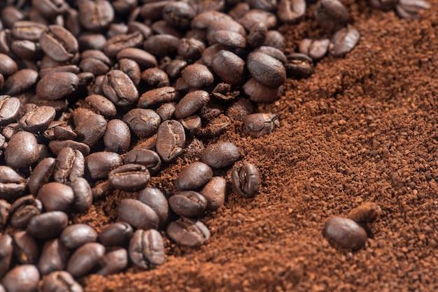 Struttura chiusa di caffè macinato e fagioli
