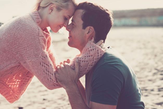Coppia più stretta in un bellissimo momento d'amore insieme sentendo l'emozione naso toccare il naso e abbracciare con passione. tenerezza e amore appassionato