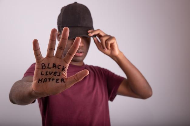 Primo piano della mano di un uomo africano con la citazione black lives matter