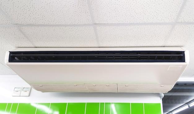 Primo piano il condizionatore d'aria è appeso al soffitto.