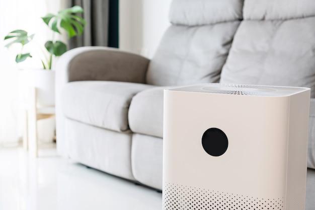 Primo piano del purificatore d'aria nel soggiorno di casa per il benessere respirando aria fresca
