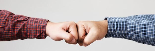 Primo piano del braccio di ferro o gesto amichevole della stretta di mano.