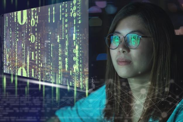 Primo piano asiatico imprenditrice che lavora guardando la grafica digitale delle particelle