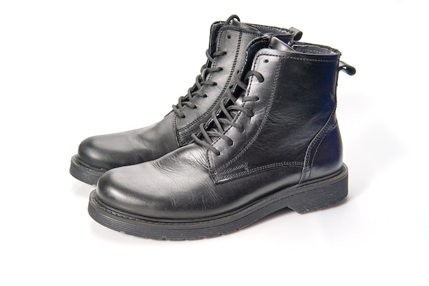 Primo piano di scarpe da uomo invernali belle e comode da isolati su sfondo bianco.