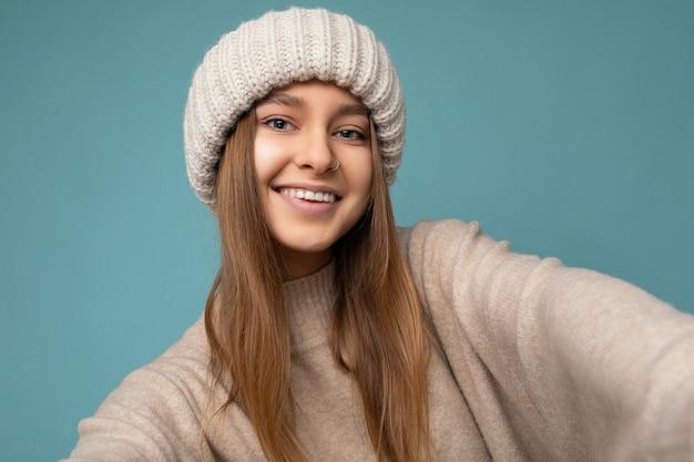 Primo piano bella giovane donna bionda scura sorridente felice
