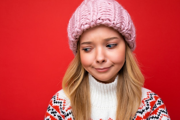 Primo piano bella giovane donna bionda triste sconvolta