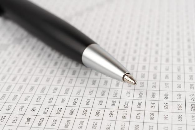 Penna a sfera nera del primo piano sullo sfondo di un tavolo digitale