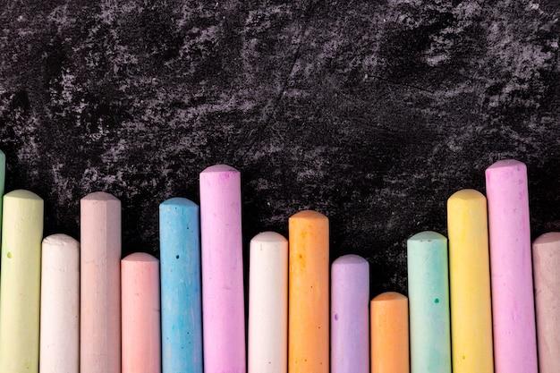 Primo piano della lavagna con pezzi di pastelli colorati