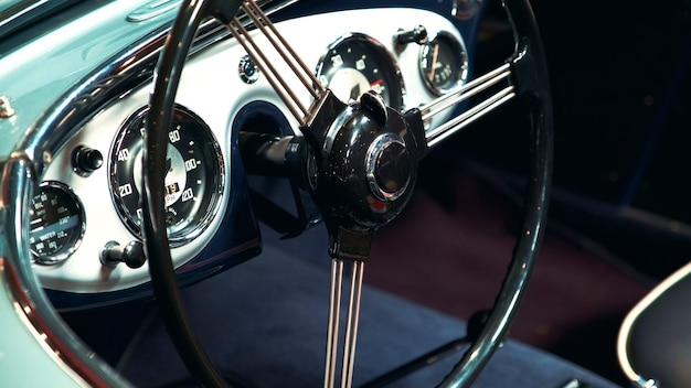 Primo piano del volante in metallo nero del classico stile retrò del veicolo d'epoca