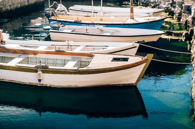 Primo piano delle barche legate con una corda al molo
