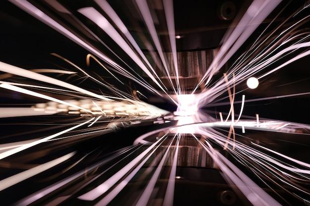 Primo piano di scintille luminose dal taglio laser del metallo