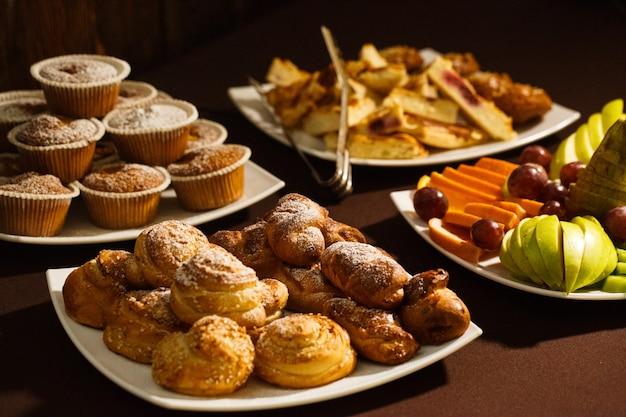 Primo piano di focacce, panini e frutta per colazione, pranzo e cena nel ristorante dell'hotel, buffet