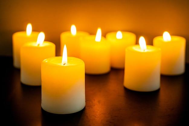 Primo piano per candele accese nell'oscurità