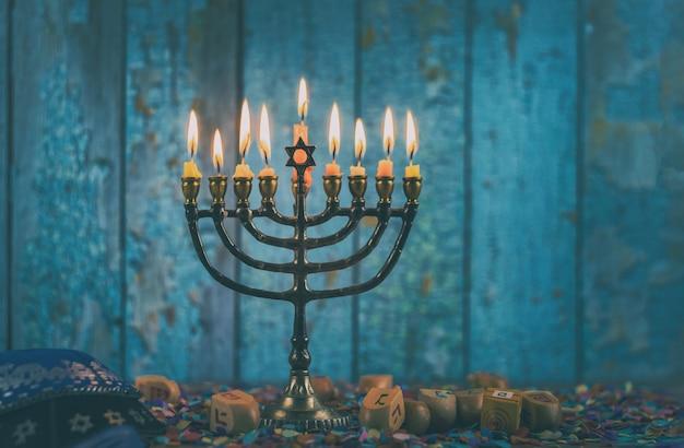 Primo piano di un candelabro bruciante di chanukah con le candele menorah