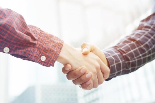 Primo piano di una stretta di mano d'affari tra due colleghi