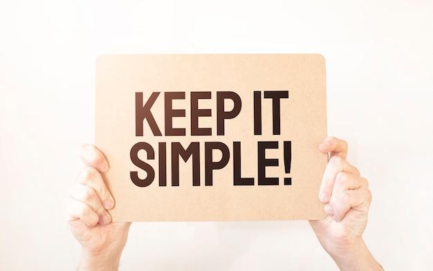 Primo piano business man mano che tiene mostra foglio di carta in bianco. testo tienilo semplice