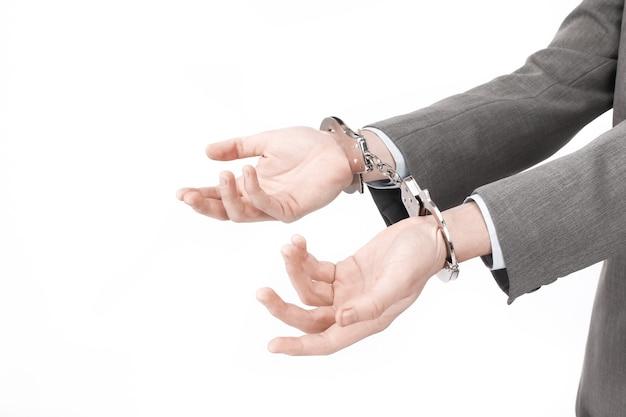 Avvicinamento. uomini d'affari in possesso di un manette. isolato su bianco