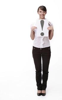 Avvicinamento. donna d'affari che mostra il punto esclamativo. isolato sul muro bianco