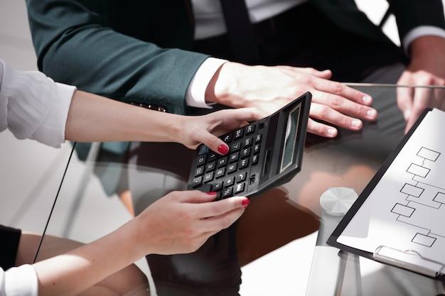 Closeup.business donna che lavora con una calcolatrice