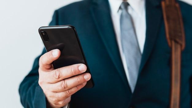 Primo piano di un uomo d'affari che usa il suo telefono