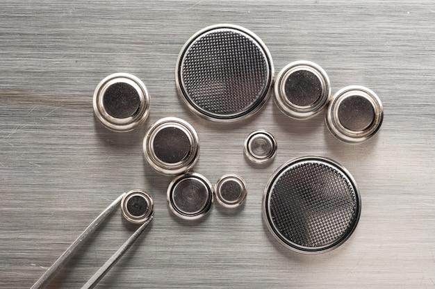 Primo piano batteria a bottone o batteria dell'orologio o pila a bottone.