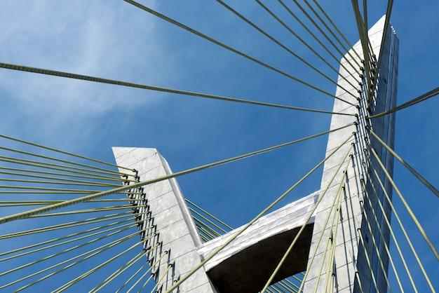 Primo piano di cavo del ponte rimasto