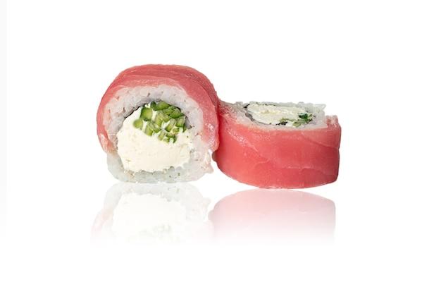 Primo piano del rotolo di california con avocado di tonno e crema di formaggio isolato su sfondo bianco con