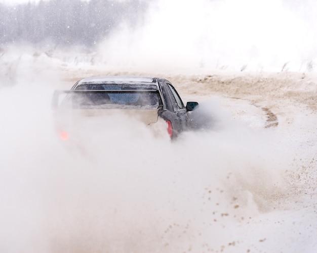 Primo piano dell'auto torna in inverno sulla strada coperta di neve.
