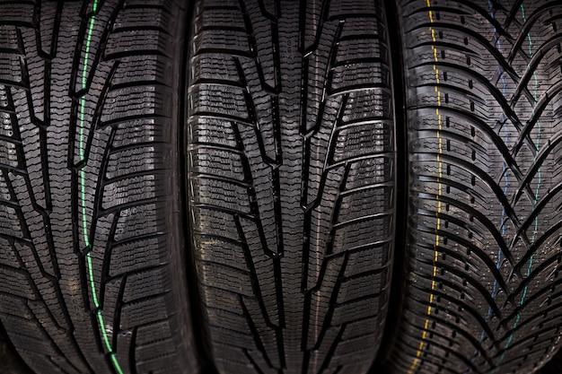 Primo piano di pneumatici per auto, sostituzione di pneumatici invernali ed estivi. automobili, concetto di automobile