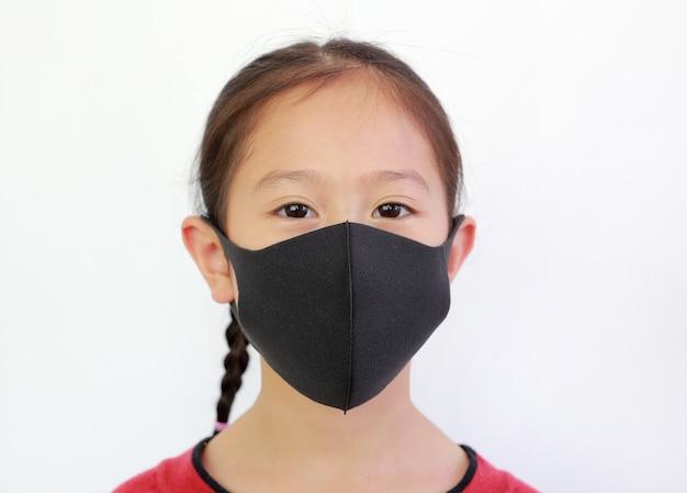 L'usura del bambino del primo piano protegge la maschera sopra bianco