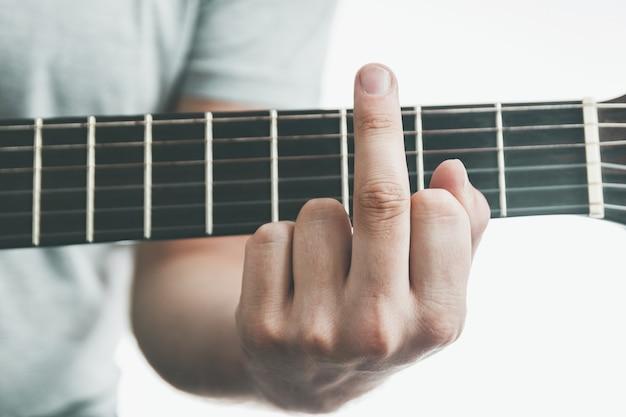 L'accordo di primo piano sulla chitarra sembra fuck gesto del dito medio difficoltà adulte nella musica edu