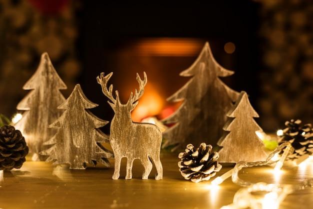 Primo piano delle figure di decorazioni natalizie