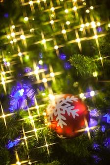 Primo piano delle decorazioni dell'albero di natale