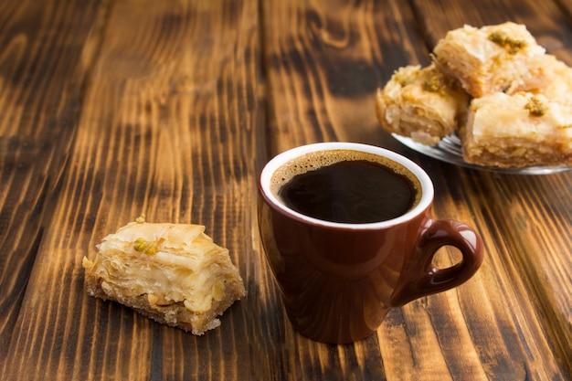 Primo piano su caffè e delizie turche sul tavolo di legno