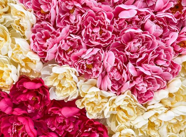 Primo piano dei coloratissimi fiori artificiali dal tessuto, sulla parete del centro commerciale per decorato nel festival