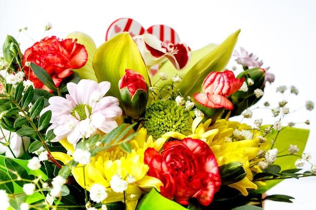 Primo piano del bouquet di fiori primaverili colorati su bianco