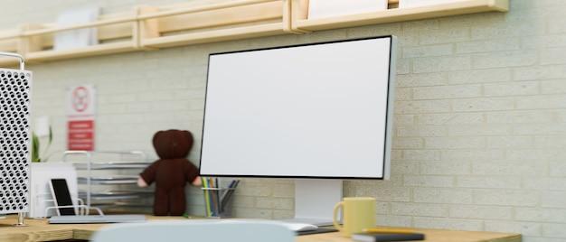 Scrivania del computer del primo piano nella stanza moderna con il modello del desktop dello schermo in bianco e la rappresentazione 3d dell'arredamento
