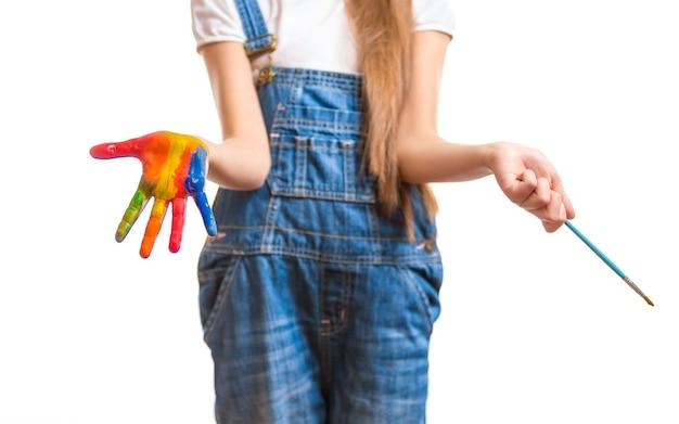 Colpo concettuale del primo piano del bambino con le mani dipinte colorate