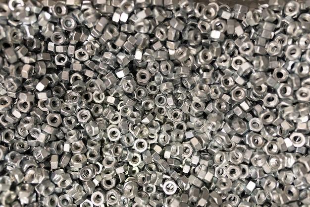 Parti di costruzione del primo piano: dadi e anelli.