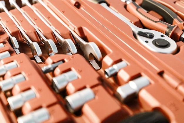Primo piano di strumenti di costruzione e riparazione assemblati in una scatola di chiavi metalliche e punte per uso domestico