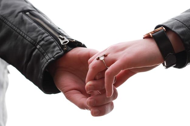 Primo piano delle mani di coppia insieme su sfondo bianco
