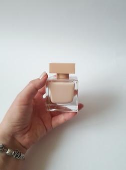Primo piano di eau de parfum color crema