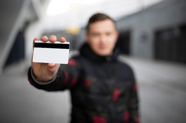 Primo piano di una carta di credito in mano