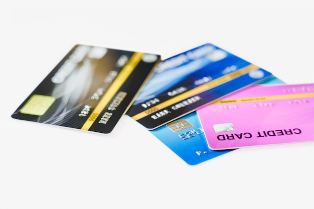 Carta di credito del primo piano sul fondo bianco della tavola