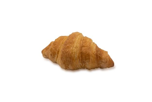 Primo piano del ritaglio di croissant isolato su priorità bassa bianca.