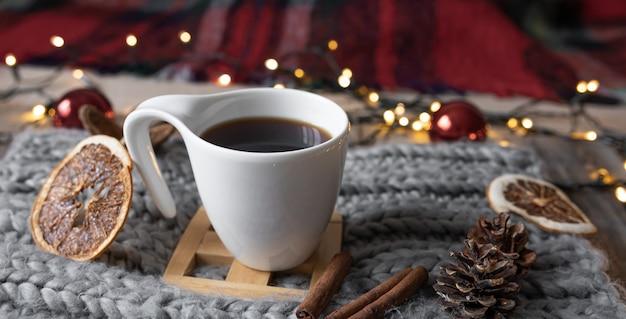 Primo piano di una tazza di tè su uno sfondo sfocato con luci bokeh
