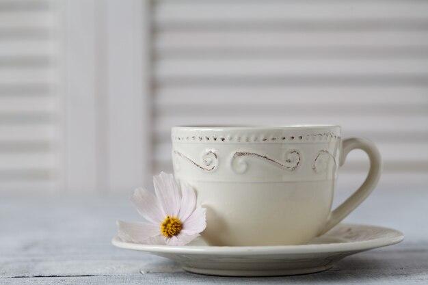 Primo piano della tazza di tè sulla tavola di legno
