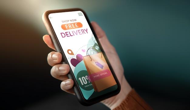 Primo piano della donna del cliente che utilizza il telefono cellulare per fare acquisti in linea. la campagna di spedizione gratuita viene mostrata sullo schermo