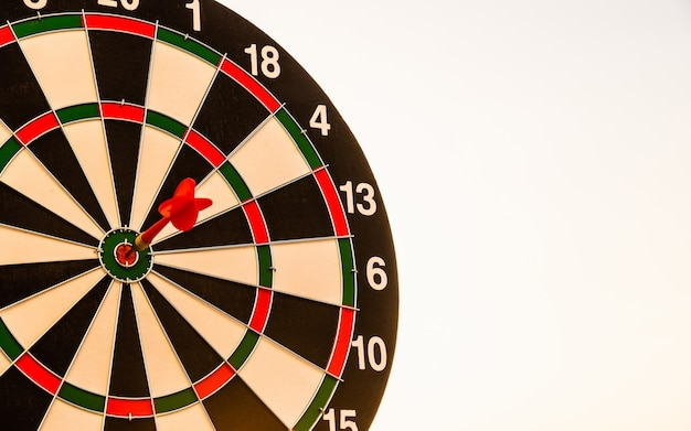 Primo piano il centro del colpo della freccia del dardo su bullseyebullseye di un bersaglio è l'obiettivo del business della sfida
